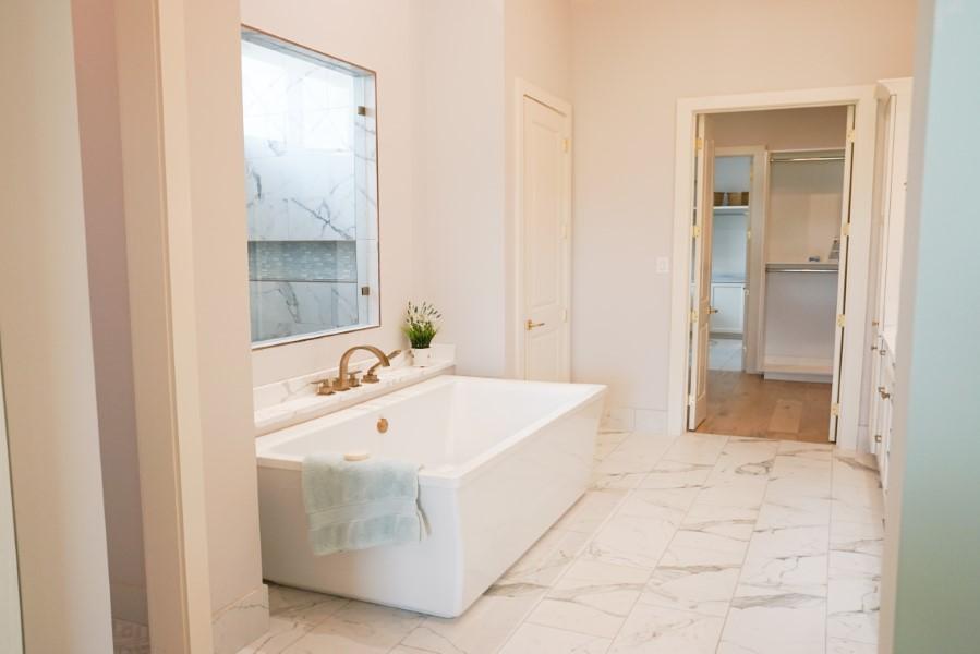 bathtub in home built by Solis Builders, Carencro LA